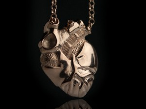 Anatomical heart necklace gold | TYVODAR